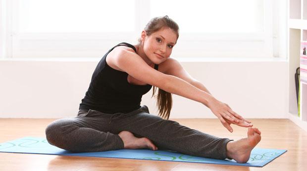 Упражнение на растяжку - наклон к к ноге сидя на полу.